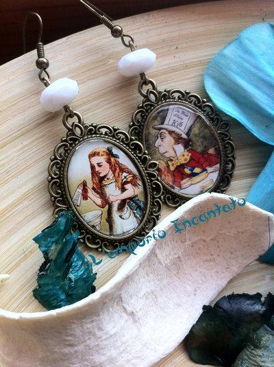 """Orecchini """"Alice in Wonderland"""" perle bianche fatti a mano"""