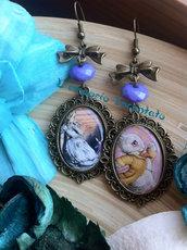 """Orecchini """"Alice in Wonderland"""" perle lilla fatti a mano"""