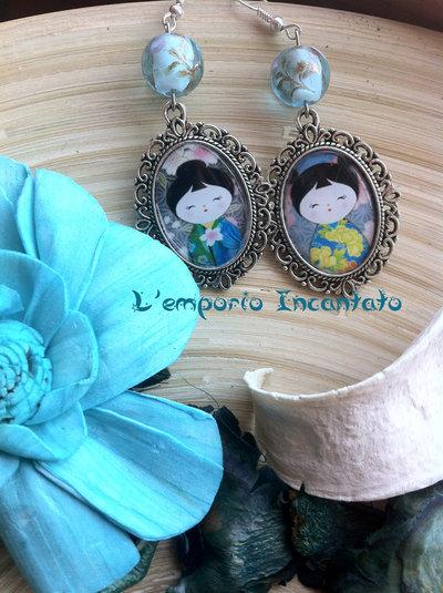 """Orecchini """"Kokeshi Dolls"""" perle in vetro decorato sui toni dell'azzurro"""
