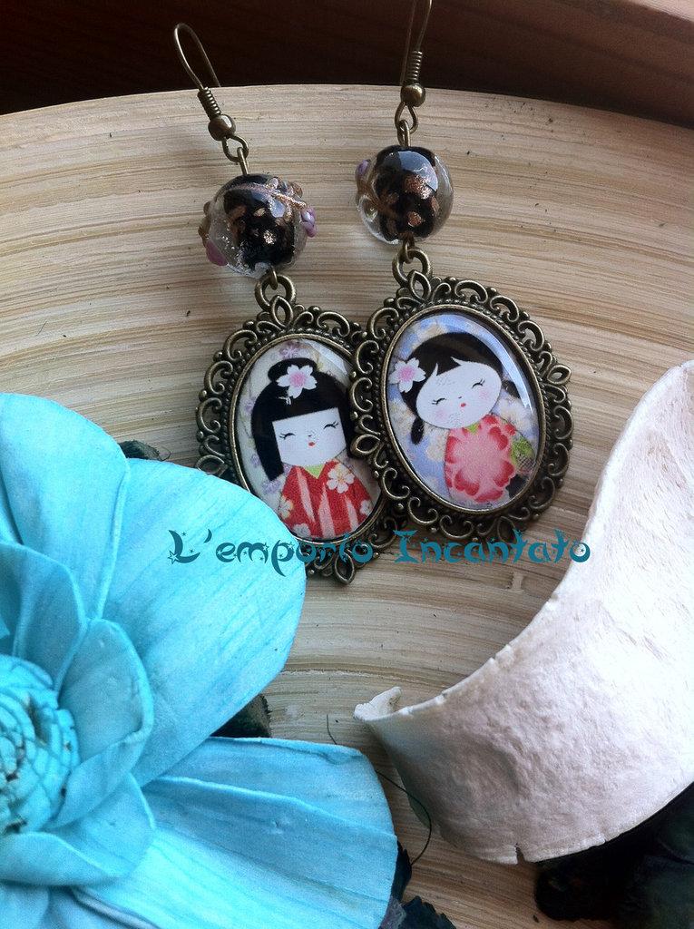 """Orecchini """"Kokeshi Dolls"""" perle in vetro decorato sui toni del nero"""