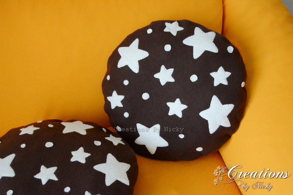 Cuscino con biscotto e stelle