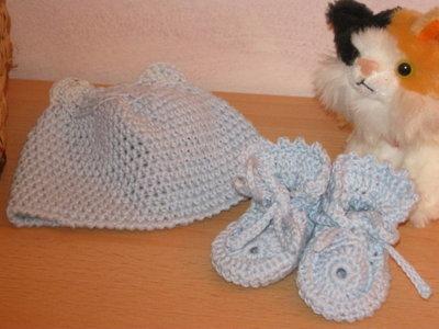 Cappellino e scarpine all'uncinetto per neonato