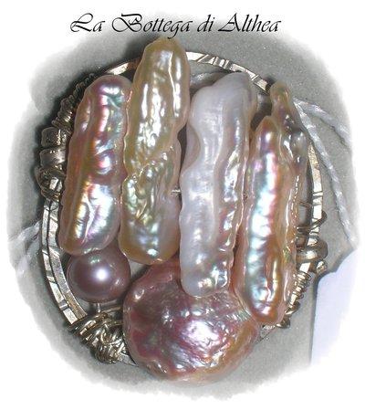 Anello con perle barocche e argento lavorato a mano