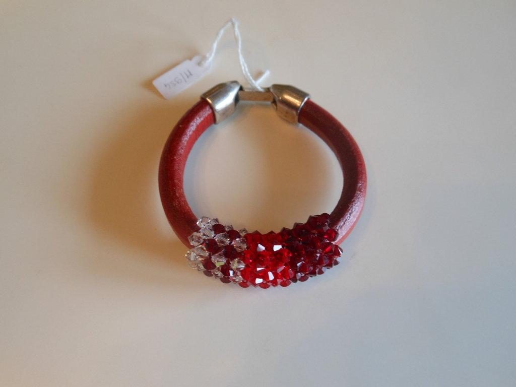 Bracciale cuoio rosso e cristalli swarovski 4 mm. intrecciati a sfumare