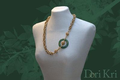 Collana dorata a maglie con un anello di giada verde