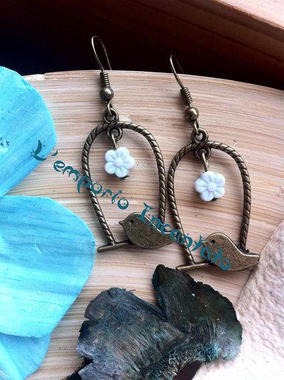 """Orecchini """"Cinguettio Primaverile"""" con fiorellino in resina azzurro"""