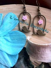"""Orecchini """"Cinguettio Primaverile"""" con fiorellino in resina rosa"""