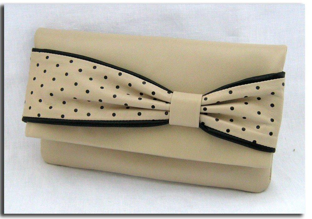 Pochette di pelle color avorio con il fiocco a pois