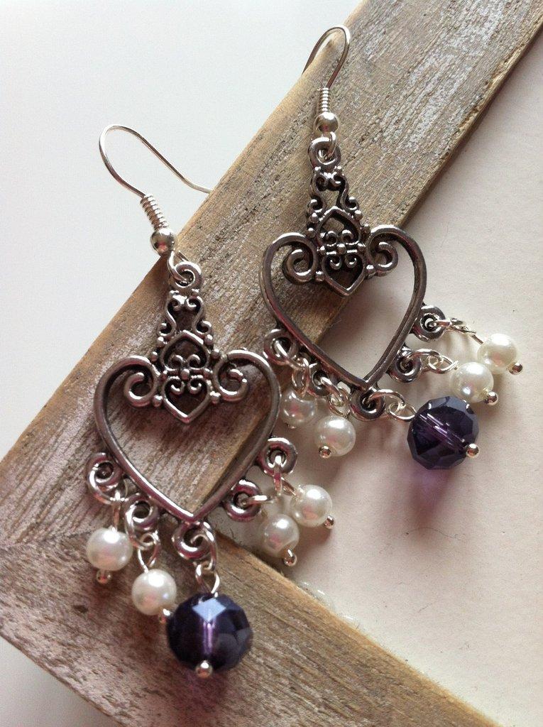 Orecchini con pendenti a cuore e perline bianche e viola