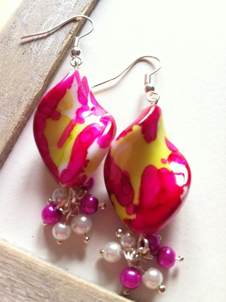 Orecchini con pendenti rosa e gialli e perline