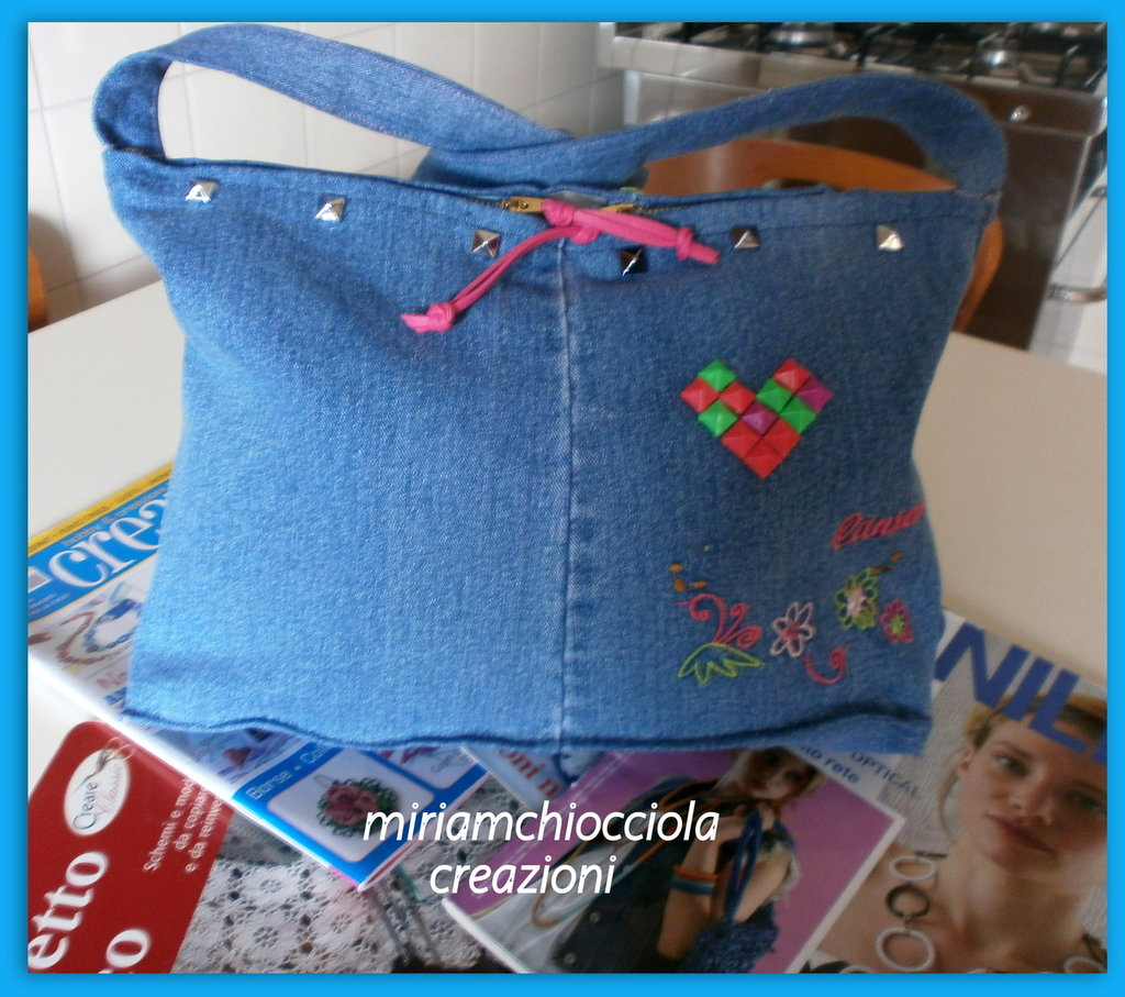 borsa jeans con cuore di borchie colorate