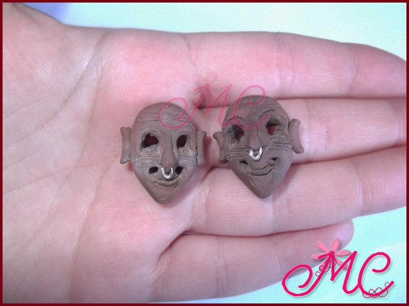 Orecchini maschera fenicia in fimo