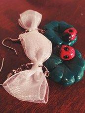 Orecchini in fimo,trifoglio con coccinella e fiocco,realizzati a mano