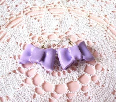 Orecchini pendenti con fiocchi lilla in fimo