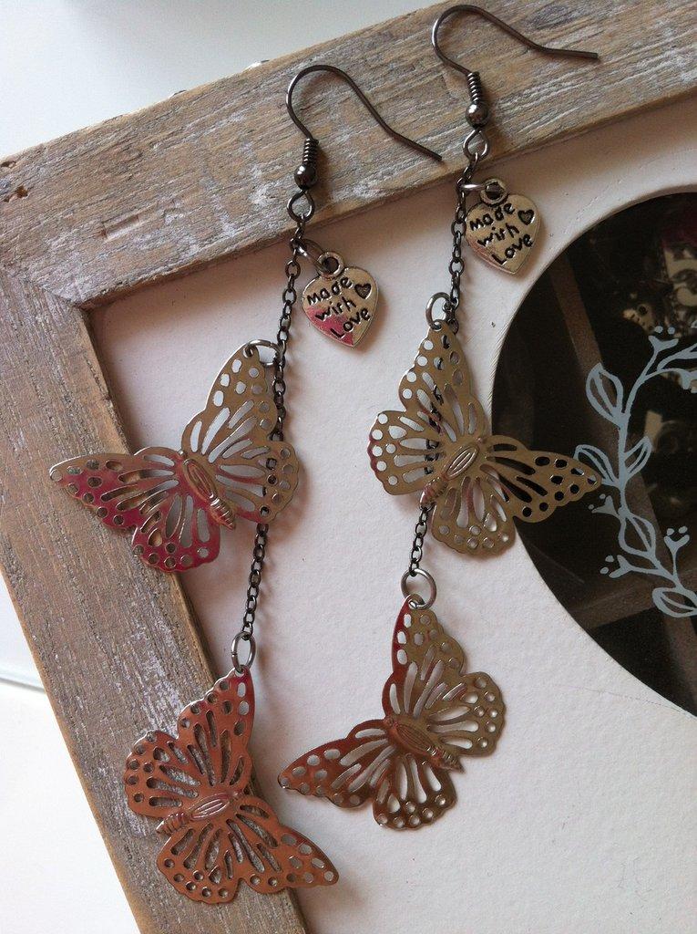 Orecchini pendenti con farfalle filigranate color argento fatti a mano