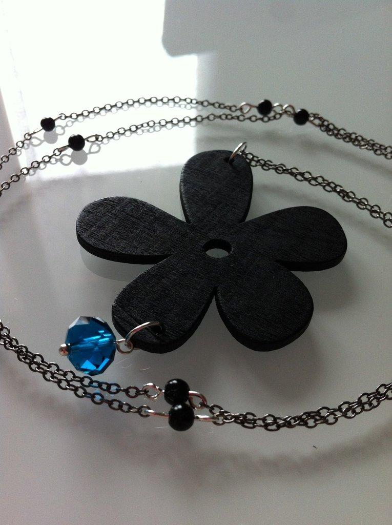 Collana lunga con fiore e perline nere, fatta a mano