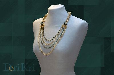 Piccole perle verdi  in una collana con multifili dorata