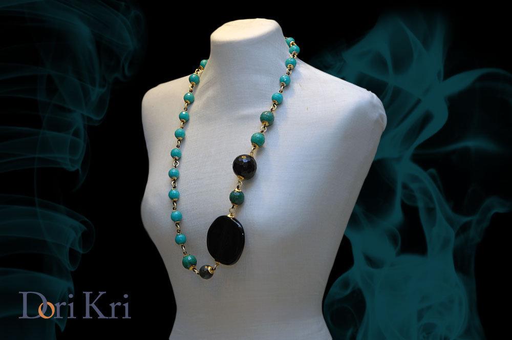 Lunga collana asimmetrica con delle giade verdi/blu diTiffany e una perla di onice nera.