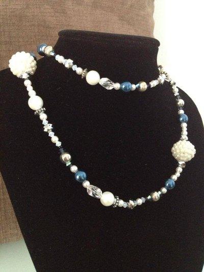 Collana lunga di perle e elementi in metallo