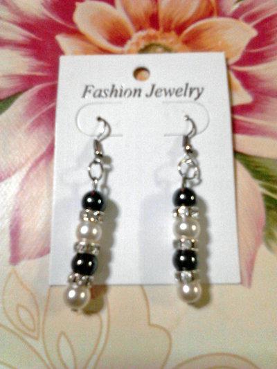 orecchini  con perline bianche e nere