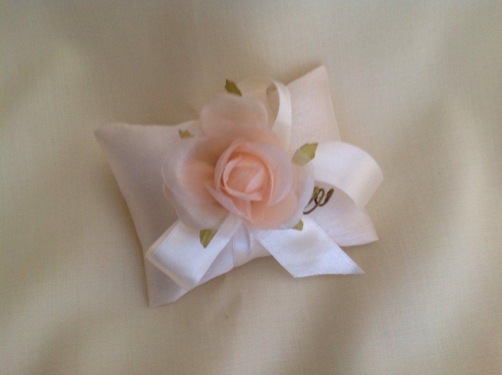 Bomboniera sacchettino modello cuscinetto avorio con rosa grande in tono