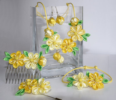 """Set (collana, braccialetto, orecchini,pettinino)"""" Tutto giallo""""  kanzashi fatta a mano"""