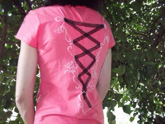 Maglia donna, taglia S, salmone, manica corta. Decorata davanti e dietro con fiocco