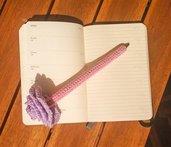 Penna con fiore lilla rivestita all'uncinetto