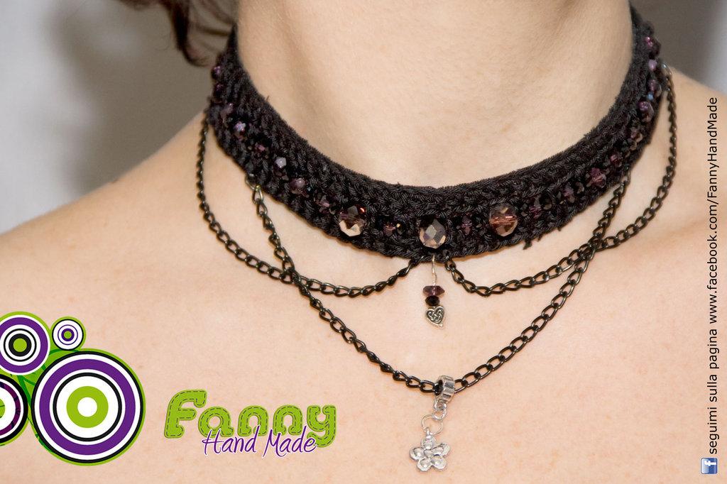 Collana girocollo nero con catenina e perline lavorata all'uncinetto