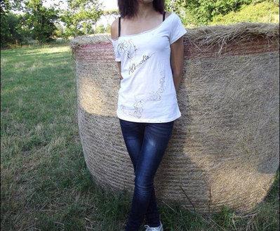 Maglia da donna, taglia S, bianca,scollata,decorata davanti e con tagli dietro