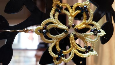 Orecchini pendenti cotone giallo sfumato con perline colorate, fatti a mano a chiacchierino