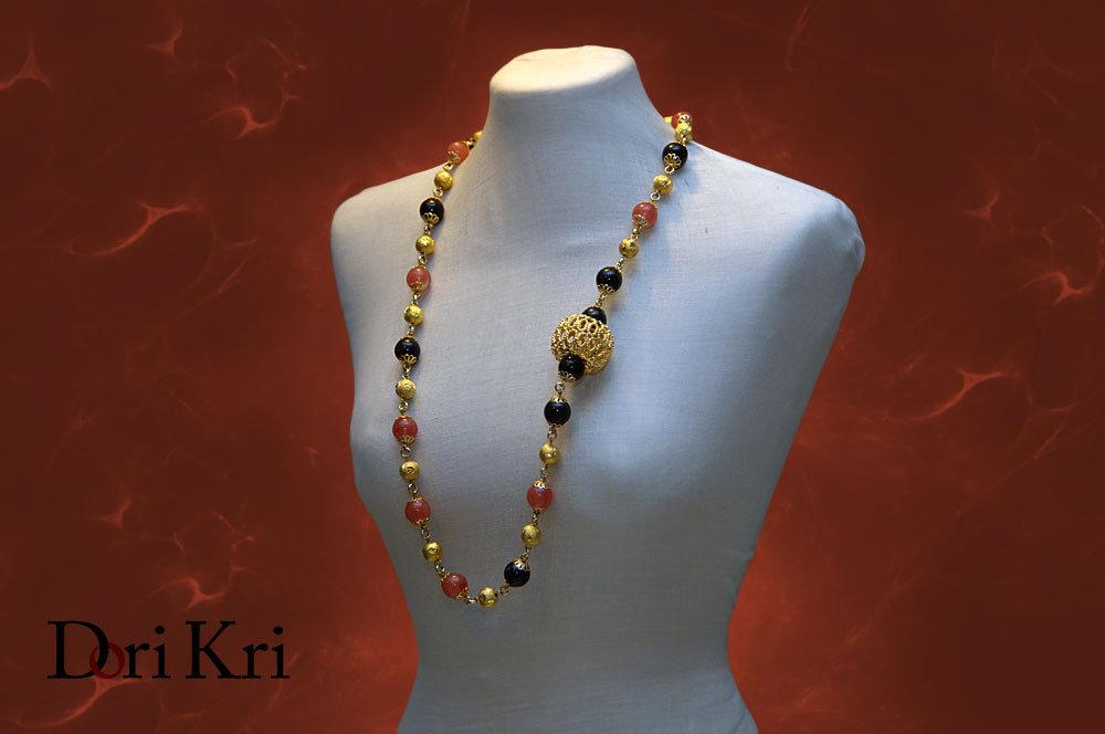 Collana dorata medio lunga con perle blu ed arancio