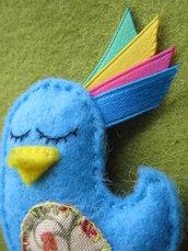 Spilla uccellino azzurro, decorata e cucita a mano