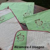 """Pattern-Schema """"Pesciolino"""" per ricamare a punto erba e punto pieno. Completo composto da: bavaglia, tovaglietta americana, salviettina e sacca."""