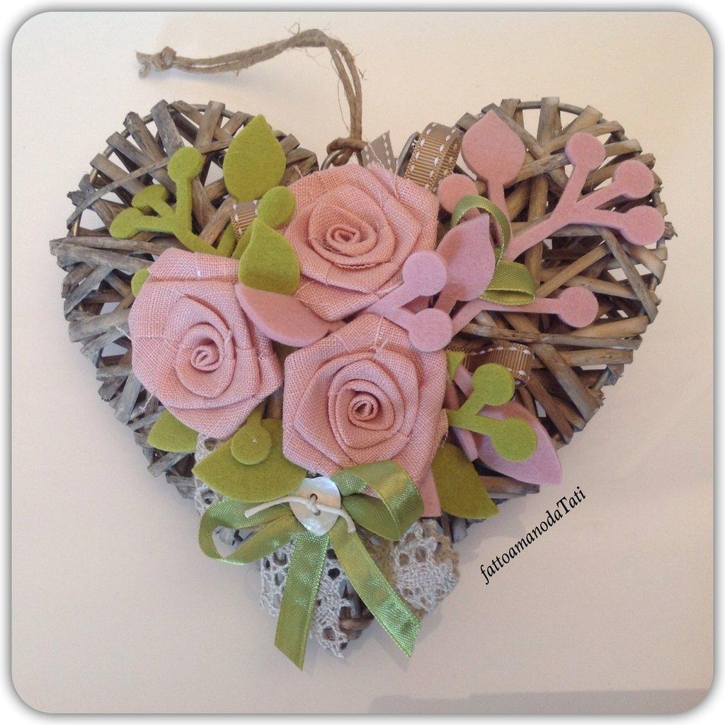 Cuore di vimini con tre rose di lino rosa