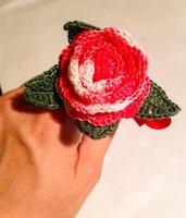 penna con rosa rossa e foglioline all'uncinetto