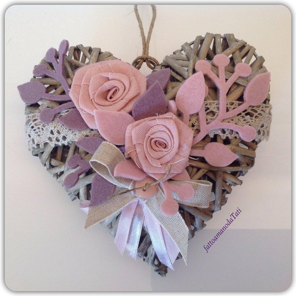 Cuore di vimini con due rose in lino rosa