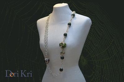 Collana argentata con un piccolo bouquet di fiori e perline verdi