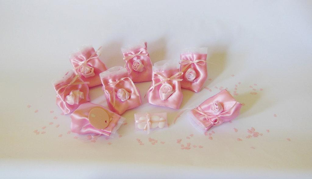 Set di 15 bomboniere in doppio satin sul rosa: i sacchetti portaconfetti per piccole principesse!