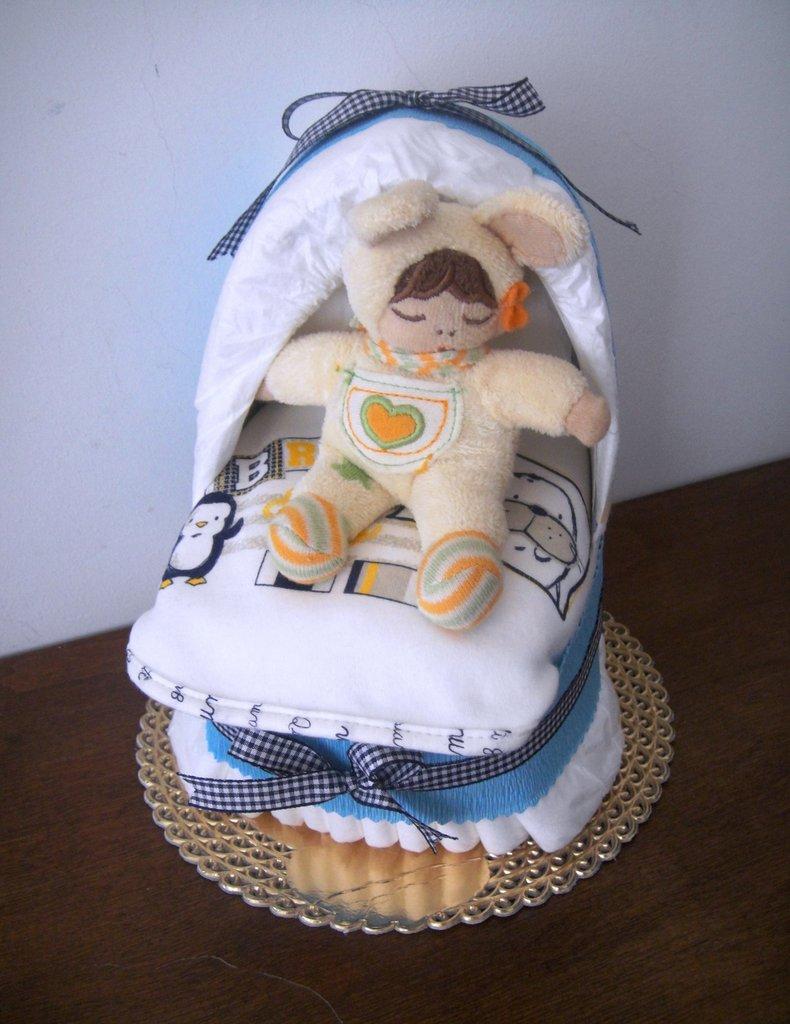 Culla di pannolini baby boy - Mini culla con bavaglino per maschietto
