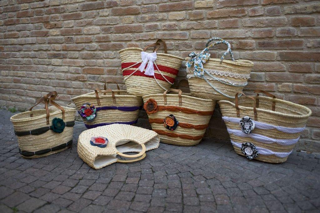 borse in paglia o mais con manici in pelle o legno