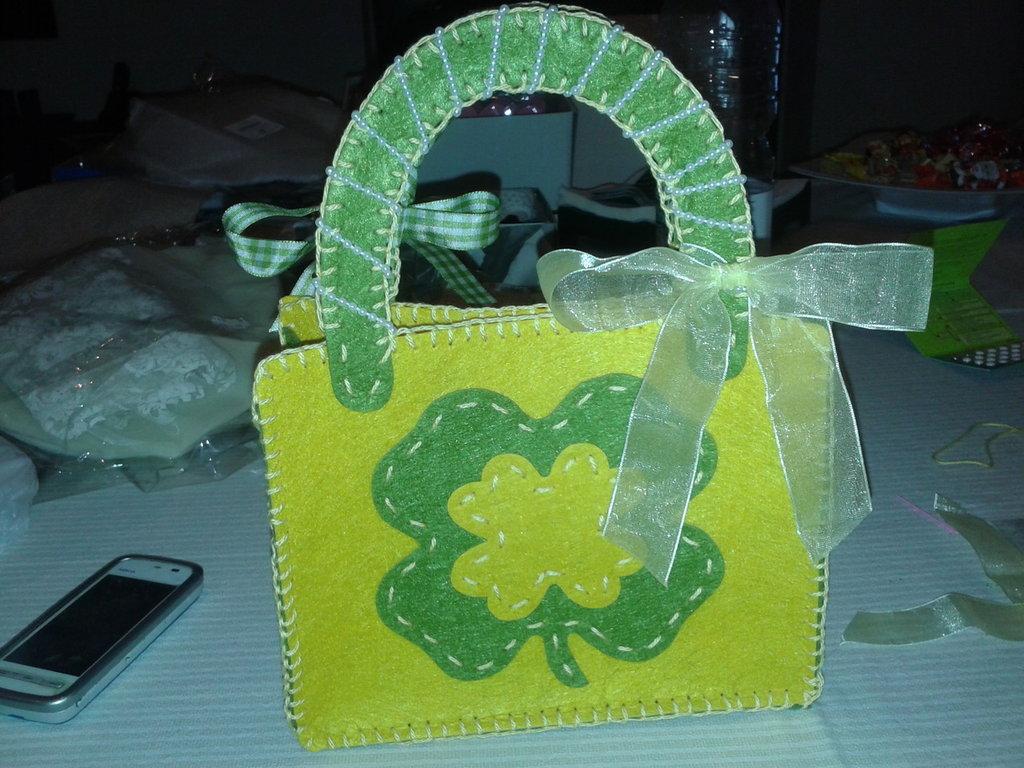 borsetta feltro colore giallo e verde fatta a mano decorata con nastri e perle