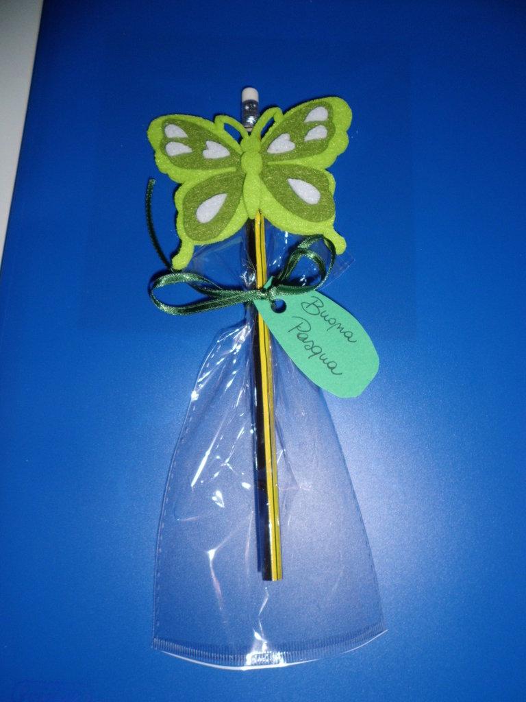 matita auguri di buona Pasqua con decorazioni in feltro farfalla verde