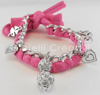 Bracciale in catena e lycra con charms a forma di quadrifoglio e cuore