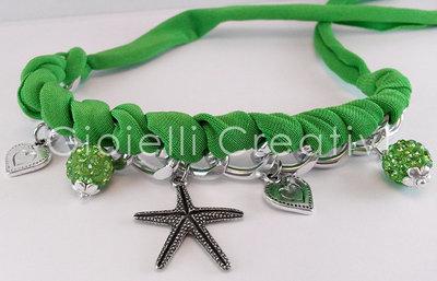 Bracciale in lycra con strass e charms a forma di cuore e stella marina