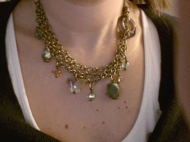 collana in alluminio con charms in pietre naturali