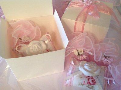 Bomboniera bimba: cuscinetto con gessetto profumato alla rosa