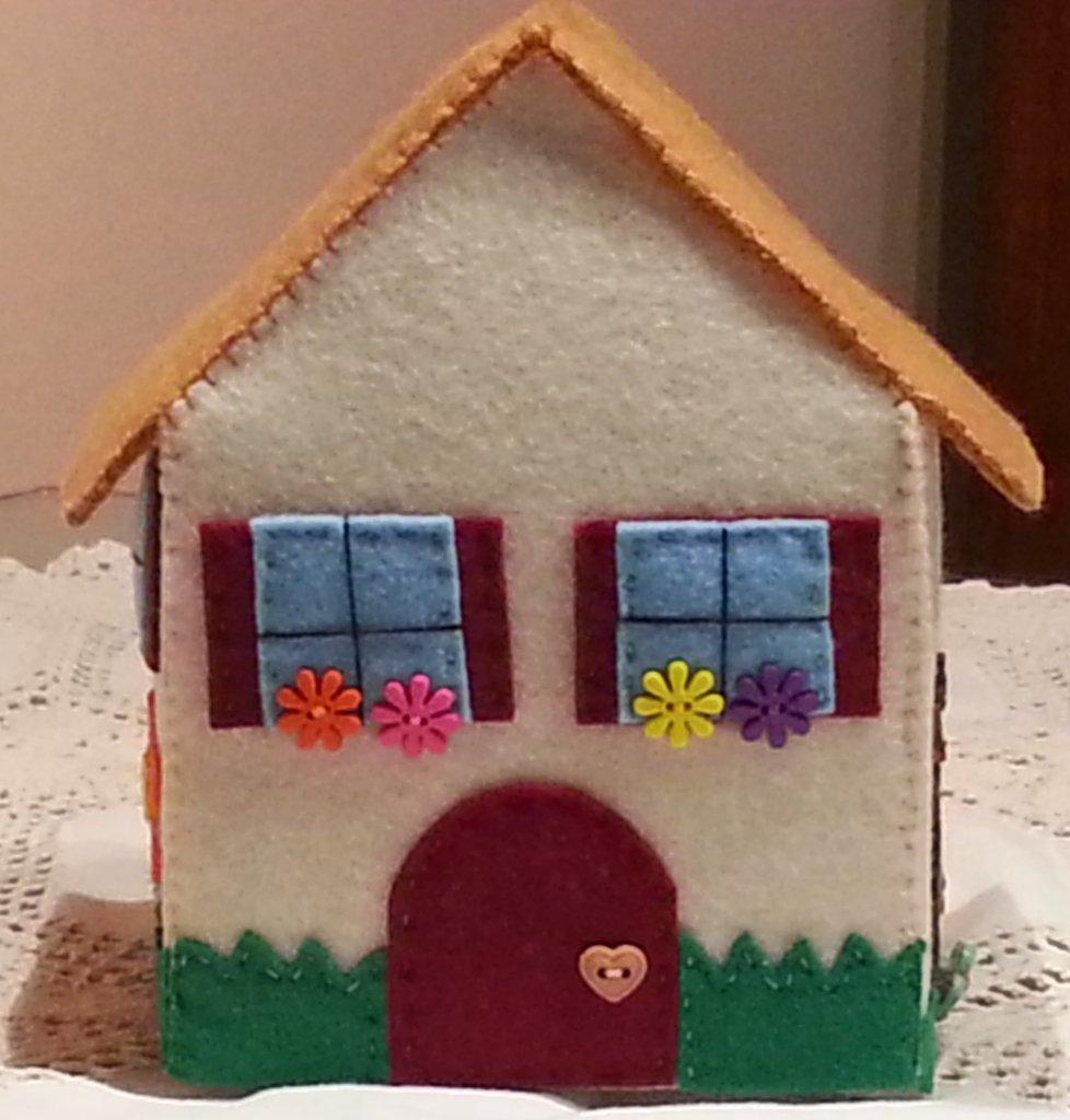 Casetta in feltro porta fazzoletti di carta per la casa for Oggetti x la casa