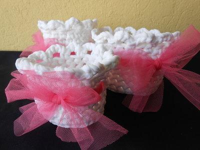 Tris di cestini fatti a mano con fettuccia bianca e fiocco in tulle rosa.