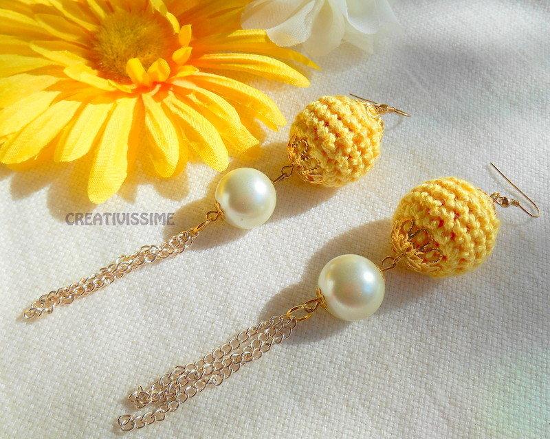 Orecchini a pallina all'uncinetto fatti a mano giallo e perla
